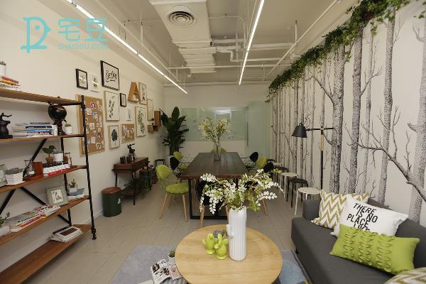 将空间重新的划分好区域,运用原木色与绿色作为空间的主体色,打造出氧气森林般的空间环境,相同的视角,不同的韵味。