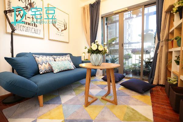 蓝色的北欧风沙发搭配着蓝白相间的抱枕,在蓝色中点缀着白色,就立即释放出清凉之意,让抱枕和书本陪伴度过一个个炎热的下午。
