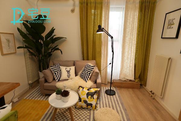 绿色亚麻遮光帘有效的抵御了过量光线的侵入,使房间柔和、雅致起来,放置一边的落地灯散发着浓浓的工业风,铁艺的味道使其干练、充满欧式情怀,高度可以自由调换,柔和的灯光明度使氛围舒适、浪漫。