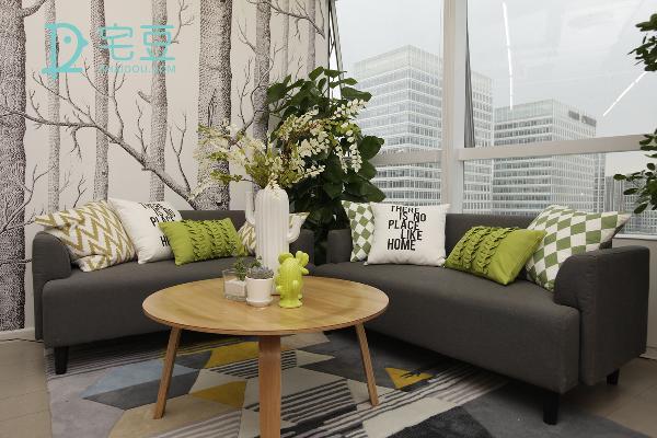 将沙发移置一边出来,换上与空间色系相搭的羊毛尼抱枕,再添加几何图形的小地毯,放上小圆桌,圆桌圆滑的外型打破空间的严肃感,简单的休息区就这样打造出来了。