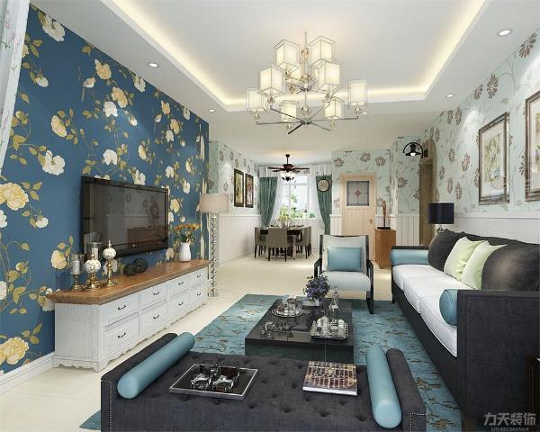 茶几的选择为视觉更重的黑色镜面,窗帘的选择为小碎花,使空间更有活力,电视背景墙做了简单的壁纸,贴的花朵造型的壁纸,增加视觉感受。