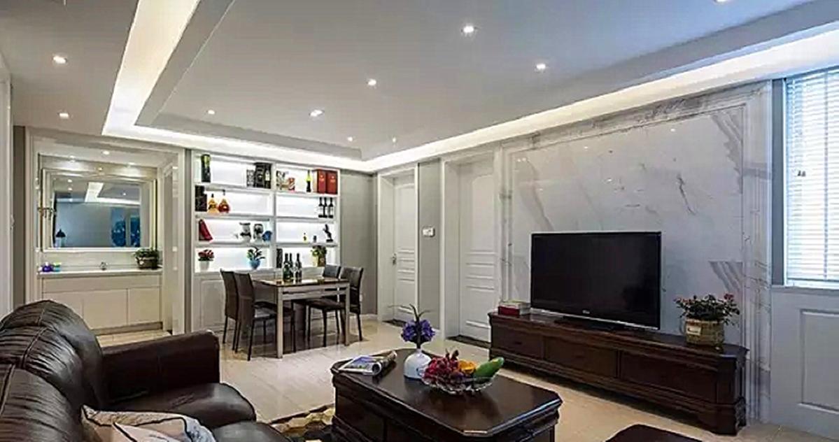 客厅吊顶采用点光源加上灯带照明,无主灯设计,照明图片