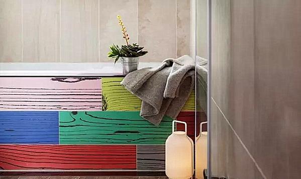 ▲ 卫生间浴缸的裙边用彩色的木板装饰