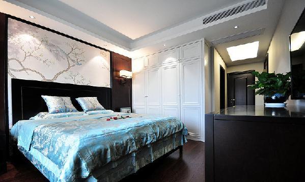 考虑到室内与室外空间的交流,因势利导地的设想,如开阔敞亮的大厅要采用对比色处理,明、暗、黑、白之间的处理。