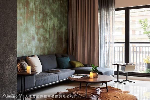 斑驳仿旧的青铜面漆,替空间带来独特抢眼的视觉张力。