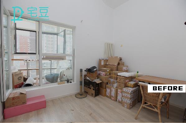 改造前,大窗台占了一面墙壁,房间的光线良好,户型就是规规矩矩的四方房间,藤木椅子太过于老气与户主不太符合。