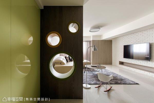 随窗入室、洒落在空间里的自然光,更穿透镂空的木作造型墙照亮游戏区。