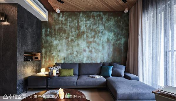 利用沙发旁内嵌的台面收纳视听设备,维持电视墙下方的整洁干净。