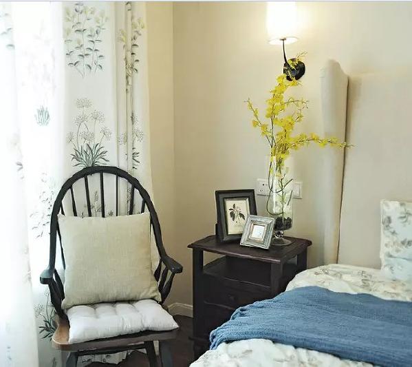 床头放了一把木椅,睡觉前还能坐下看看书,平复躁动的心。