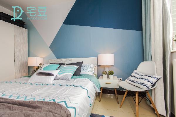 选择包容度强的蓝色系作为背景墙,不同色系的方块组合给窄小的空间延伸了视感,不失为扩展空间的绝招。整体的搭配像释然、开阔。