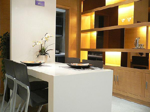 餐厅:白色的餐桌,简洁而又大方。