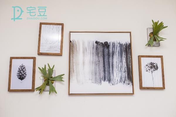 墨水淡雅的装饰画和创意的绿植墙饰将极简发挥到底。