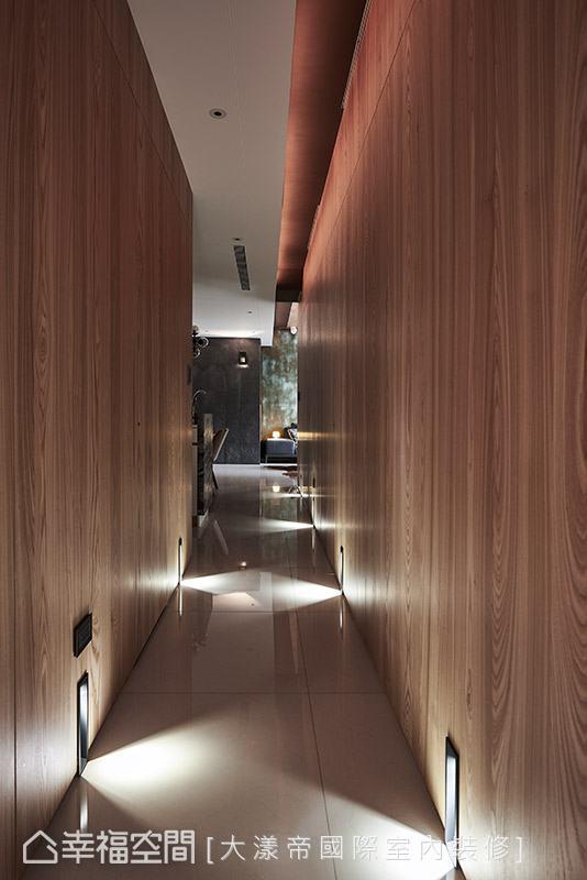 整面以木纹铺陈的壁面,完全隐藏卧室门片,达到一致的视觉美感。