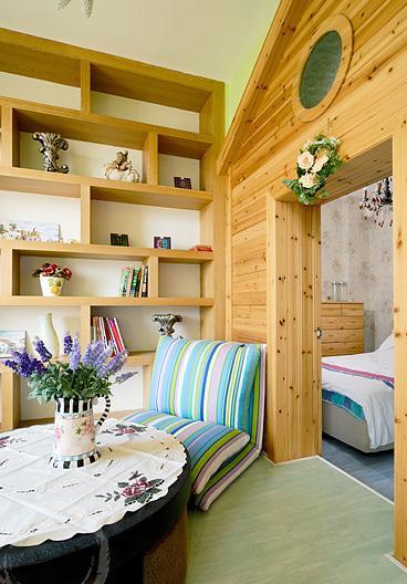 主卧:整体用以米色的壁纸,在书房处配以桑拿木铺衬,给人视觉上温馨。