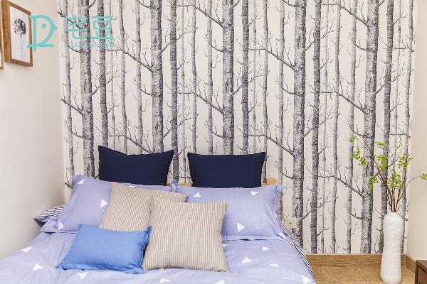 墙纸上树干的纹理和花瓶里的树枝最能让人与自然零距离。