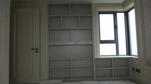 小卧室,量身定制的写字桌,书架等。