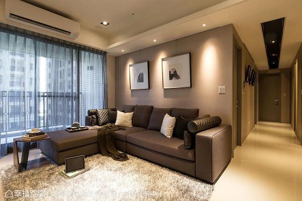 铺贴大地色系的壁纸,展现简约利落的视觉感受,凸显家具软件的精致感。