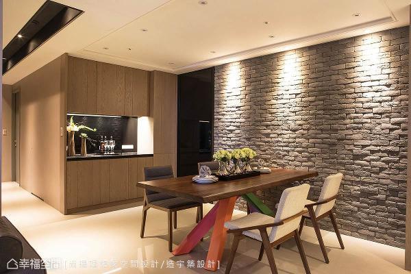 缩退书房的墙面设置餐具柜,镶嵌黑色烤漆玻璃,搭配厨房黑玻拉门,让餐厅拥有延伸感。