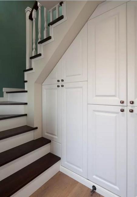 通往阁楼的楼梯下做出了储物柜,可以放一些不常用的物品,让家变得更整齐。
