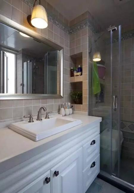 一面宽大的镜子放大了卫生间,提前规划出来的墙面收纳空间比置物架更实用。