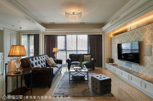 巴洛克图腾语汇点缀在客厅周围的天花框线,为场域增添精致华丽之美。