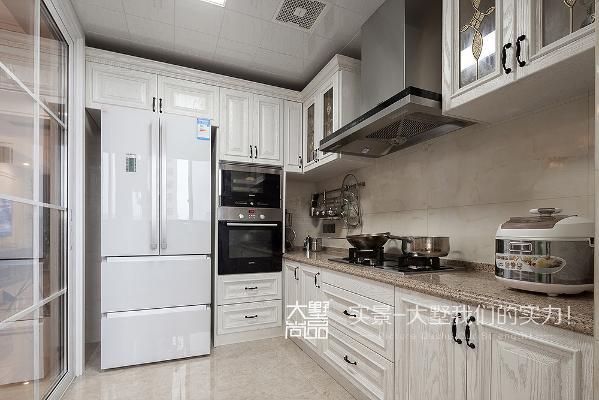 白色漆实木橱柜,配上做旧金属的把手,整个具有着雅致之中的自然之感。