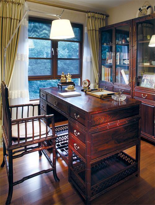 中式风格的书房,俏似竹椅的朱红实木椅,简单却实用居多的木桌……书香满溢!