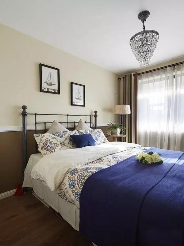 次卧、床品四件套配上铁艺的床,还是蛮有韵味的。