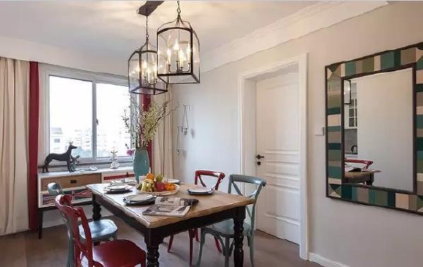 红蓝混搭的餐椅搭配实木餐桌,打造休闲的美式田园风。
