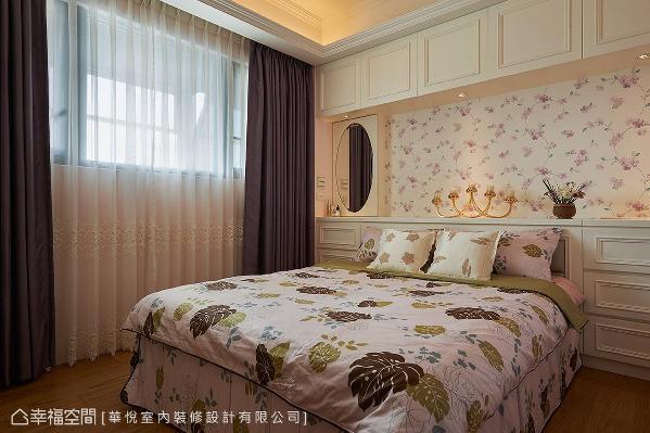 白色柜体搭配粉色系花卉壁纸,创造甜美温馨的浪漫情境。