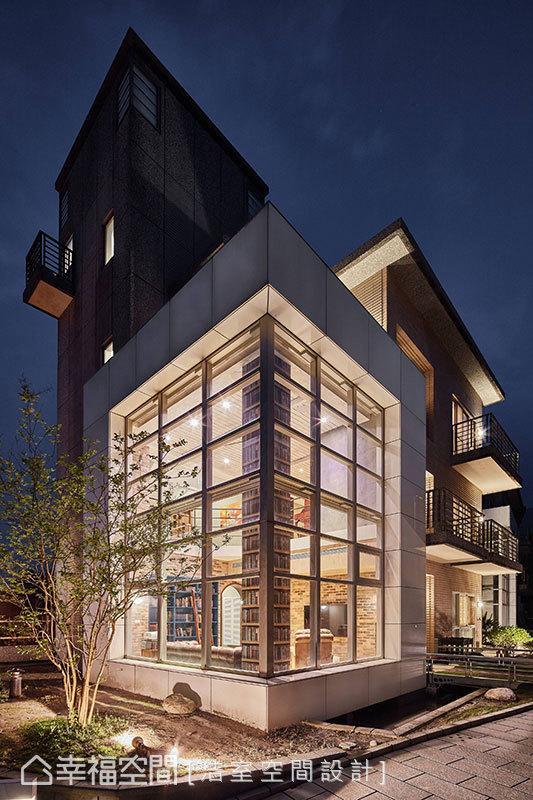 建筑本身拥有双面的大片窗景,邱炫达设计师于室内加装电动轨道与蜂巢帘,让屋主可自由调配维系居住隐私。