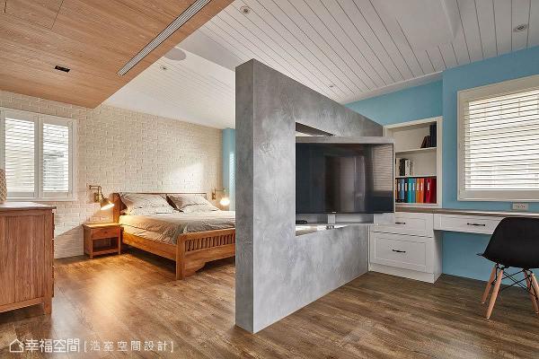 涵盖整个楼层的主卧房,藉由半高旋转电视墙划分睡眠与书房区,并透过色彩与壁面材料的表现,让工业、乡村与北欧风格相融于此。