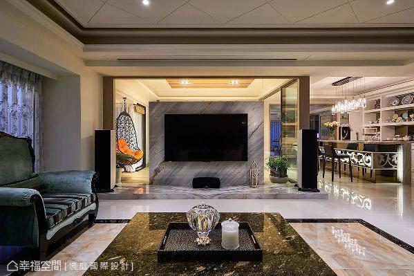 电视墙刻意不铺满,让光影能直接穿透至背后的泡茶区,展现通透且开放的空间格局。