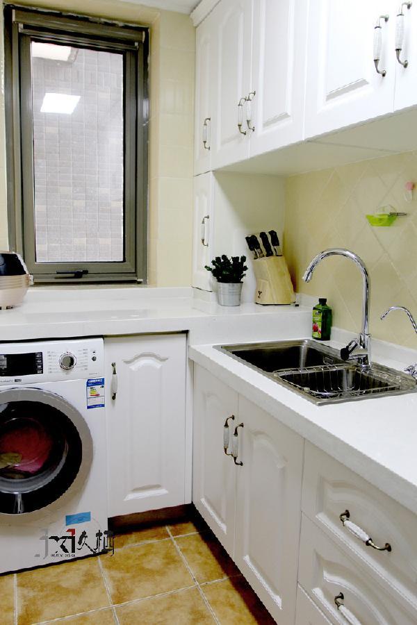 乳白色橱柜,米黄色墙砖,颜色柔和。让你爱上自己的厨房。