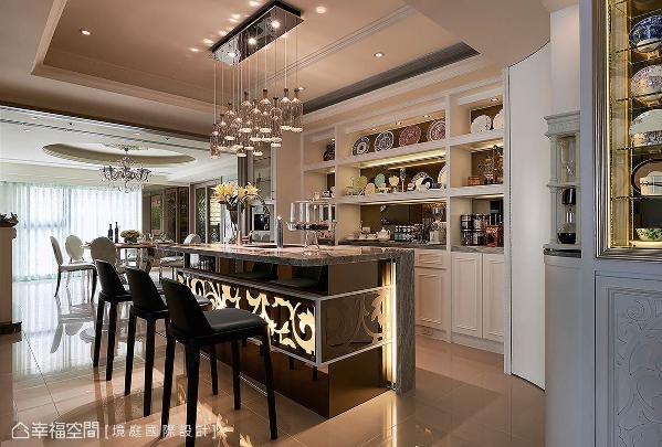 为满足男屋主对冲泡咖啡的嗜好,特别设置一座中岛吧台,后方则设计一面摆放杯盘的展示柜,可依需求而顺手领取。