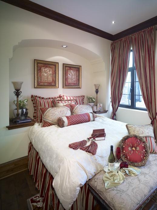 卧室:卧室是居家设计的重头戏,既要展示出两个人的个性又要营造出温馨甜蜜的氛围,从墙纸墙饰等来营造
