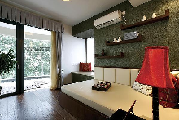 卧室配饰华丽、色彩浓郁、营造精美与品味,再配以高贵的的家具,柔美的灯光,强调了空间的舒适感和温馨感,更加让人觉得品味十足