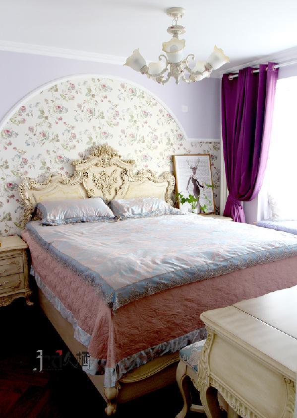 木雕花优雅床头,藕荷色造型床头墙,颜色舒适自然。弧形主题图案的床头背景墙颇有魅力,给人一种自然纯情的安慰