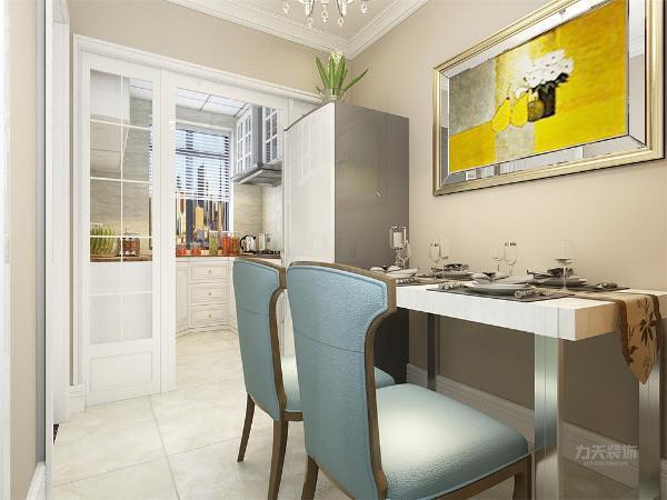 在餐桌背景上采用的是装饰摆架,与挂画的形式,灯具采用的是水晶吊灯,地面采用的是浅色地砖,打造一种现代美感。厨房以白色厨具为主,打造简洁干净的感觉。