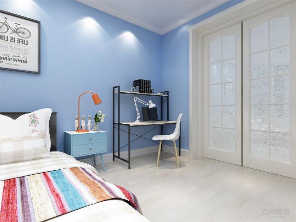次卧是孩子的卧室一体的书桌上面是书柜,孩子有独立的学习空间。