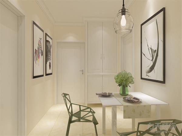 在餐厅的设计中,采用了白色系的餐桌椅搭配白净的厨房门。客厅的白色和明亮玻璃的结合创造出了现代的洁净与明亮。