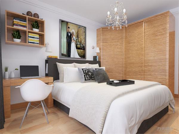 在主卧室的设计上在室内制作了一个后置飘窗以增加储物功能,次卧也是以实用为主,没有什么奢华的装饰,只是为以后有孩子做打算做了一个实木书桌。