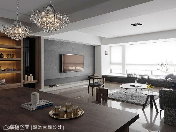 选以天然岩片作为电视主墙,在一室的明亮透白中成为重色焦点。