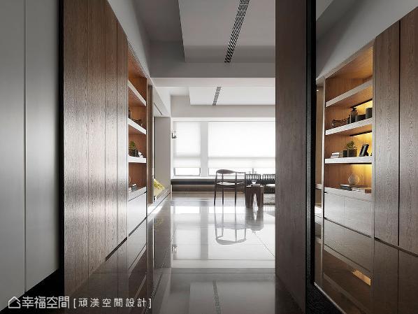 略为狭窄的玄关廊道,左侧置入足量的收纳机能,右侧则装置镜面,不仅可供出门整理仪容之用,亦能有效增加空间深度。
