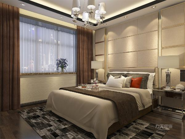 主、次卧室卫节省空间以及更加美观,均使用透明玻璃推拉门。主卧室使用比较柔和的米色壁纸,及米色背景墙,用金色圈边。深咖窗帘与地面使用的深色实木地板客餐厅相呼应。