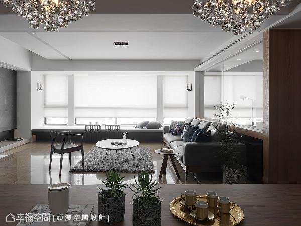 善用大面开窗且无阳台的优势,洪淑娜设计师将临窗处规划为长型卧榻,不仅可作为屋主的休憩一角,也扩充出更多座位数量,满足亲友聚会所需。