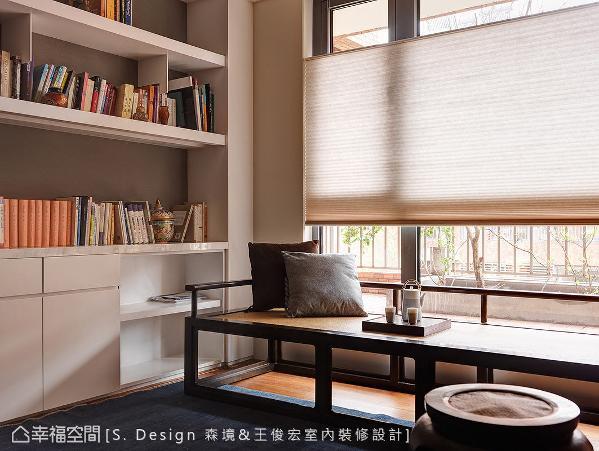 新中式罗汉床取代传统卧榻规划,搭配精心安排的柜体陈列架设计,在窗边构筑舒适闲情的阅读角落。