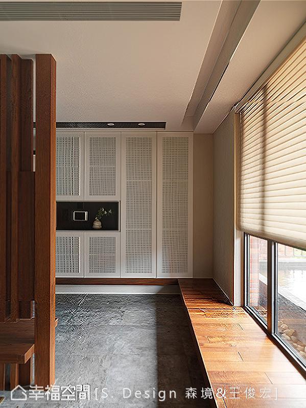 木作格栅电视墙以开放形式创造双向回字型路径,切齐柜体下方的木作线条转折接续长形卧榻规划,顺势导引流畅的入内动线。