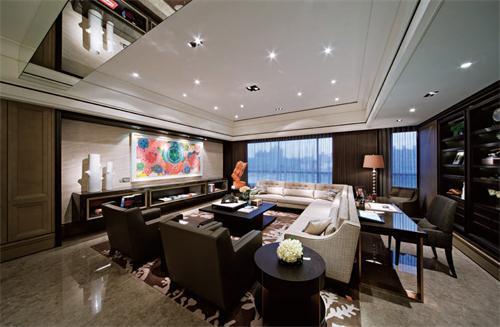 凹凸的天花板设计,精美小巧的灯饰,看起来像漫天繁星;再搭配上鲜活的壁画,不禁使得整个个客厅温暖不少……