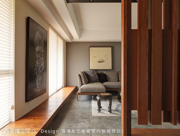 沿着窗线延伸的长型卧榻串联玄关、客厅,并探入后方的主卧房,拉长空间纵深外,亦可做为场域间的串接语汇。